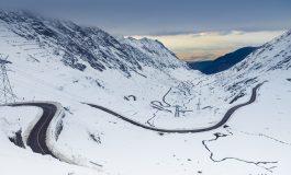 Turiști înzăpeziți pe Transfăgărășan