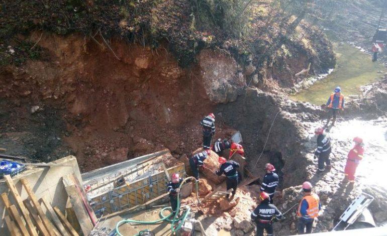 Trei muncitori au murit prinși sub un mal de pământ