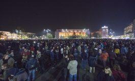Sute de persoane protestează în Piața Victoriei și în țară față de modificarea legilor Justiției