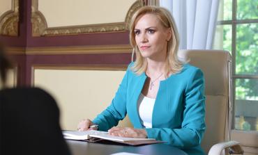 """Gabriela Firea: Mihai Tudose îşi jigneşte o parte din colegii de partid, în timp ce se poartă """"foarte frumos"""" cu un grup minoritar"""