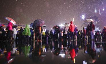 Peste 1.500 de oameni au protestat în Piaţa Victoriei și la Parlament. Conflicte cu jandarmii, la Parlament