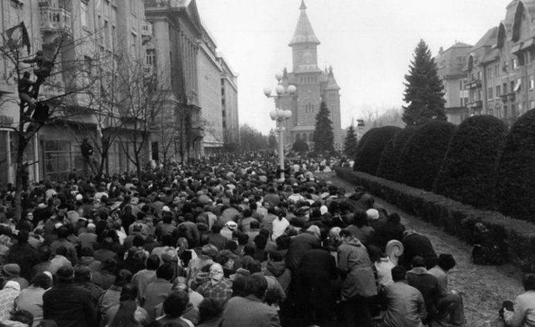 Moment de reculegere în memoria eroilor Revoluţiei, pe treptele Catedralei din Timişoara