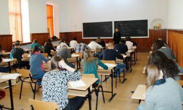 Elevii nu vor mai fi obligaţi să facă de serviciu pe şcoală și să poarte uniformă. Li se interzic, pe durata orelor, telefoanele mobile