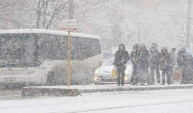 Şcolile din Capitală vor fi închise luni şi marţi. Noi avertizări emise de meteorologi – ninsori şi viscol în Bucureşti şi în judeţele din sudul şi estul ţării, începând de luni
