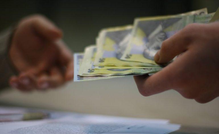 Tăieri de salarii pentru 40.000 de bugetari
