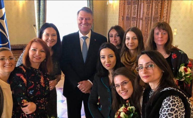 Klaus Iohannis, poză de grup cu jurnalistele acreditate la Cotroceni, de Ziua Femeii