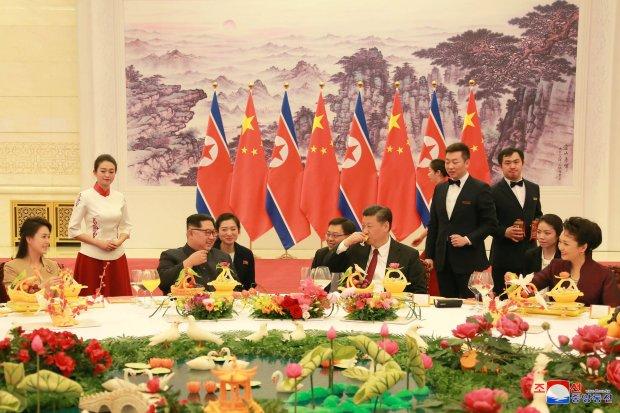 Kim Jong-un a fost primit în China cu onoruri rezervate marilor şefi de stat
