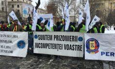 Pichet al sindicatelor din poliţie la sediul MAI. Protestatar: Avem sedii în care ninge şi plouă