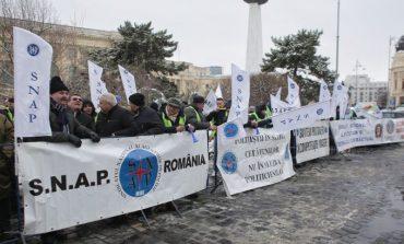 Mii de poliţişti şi angajaţi din penitenciare au protestat în faţa MAI și au plecat în marş spre Guvern