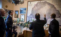 Imagine controversată: Viktor Orban îi arată premierului Poloniei harta Ungariei Mari, din care face parte şi Transilvania