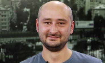 UPDATE: Jurnalistul rus Arkadi Babcenko, un critic al Kremlinului despre care s-a crezut că a fost ucis la Kiev, trăiește