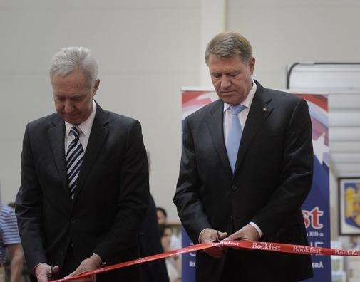 Președintele Iohannis a deschis Salonul Internaţional de Carte Bookfest alături de ambasadorul SUA, Hans Klemm