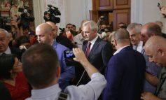 Dragnea, huiduit și flancat de protestatari la ieșirea din plenul Parlamentului. Cine sunt cei patru parlamentari PSD deveniți bodyguarzii lui Dragnea