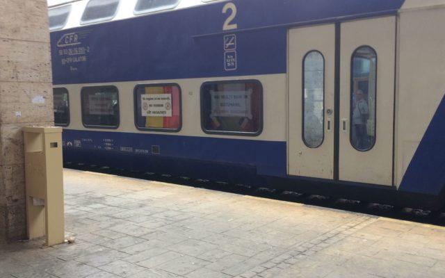 """Trenul care duce ieșeni la mitingul PSD din București, împodobit cu mesaje: """"Vă rugăm să ne scuzați, nu vorbim cât ascultați"""""""