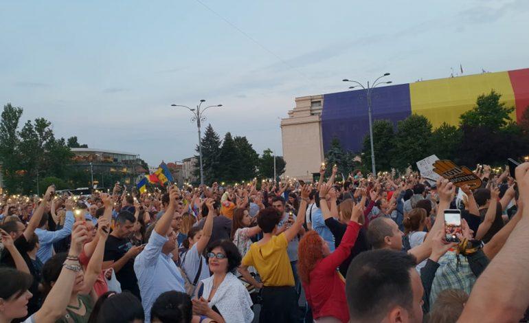 """G4Media: Peste 8000 de oameni s-au adunat în Piața Victoriei după condamnarea lui Dragnea. Se cântă: """"Mulți ani primească"""". Niciun jandarm nu mai e în Piață"""