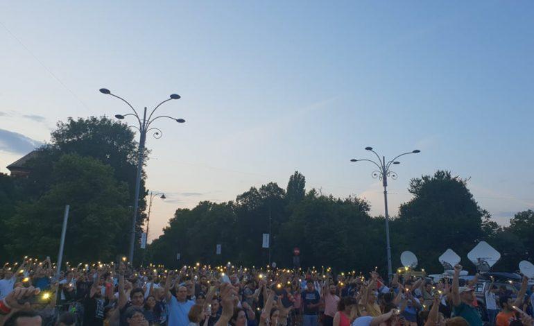 UPDATE – Peste 4.000 de oameni au protestat în Piaţa Victoriei împotriva modificărilor adoptate la Codul de procedură penală. Noi incidente au avut loc între jandarmi şi manifestanţi