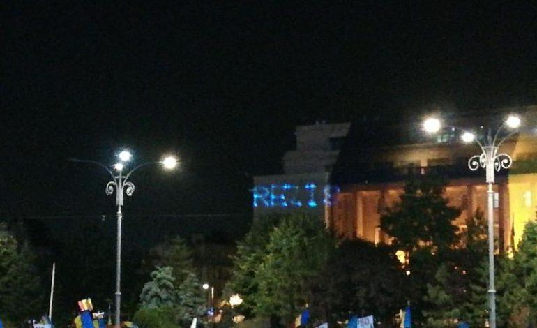 Mesajul #Rezist a fost proiectat pe clădirea Guvernului în timp ce Liviu Dragnea le vorbea simpatizanților PSD