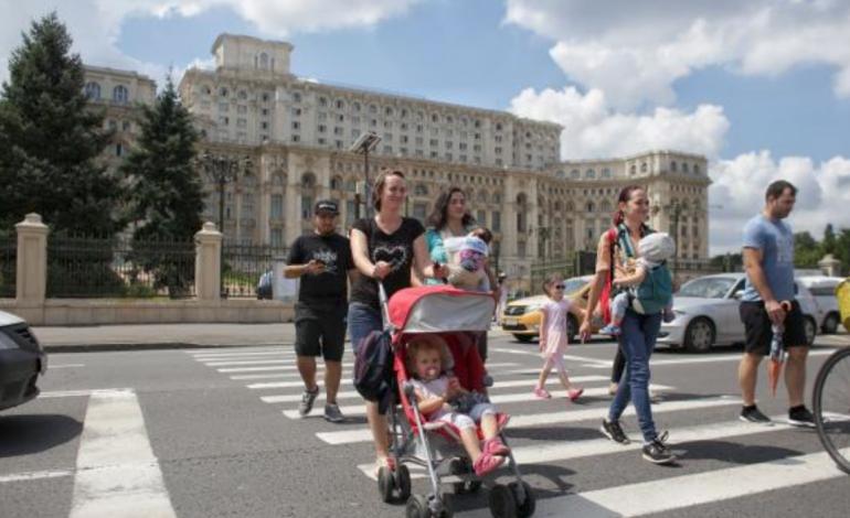 Protest pe trecerea de pietoni din fața Parlamentului