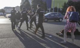 """Protestatari săltați de jandarmi după ce au încercat să amplaseze în Piaţa Victoriei un banner cu mesajul """"Trezeşte-te şi ieşi în stradă!"""""""