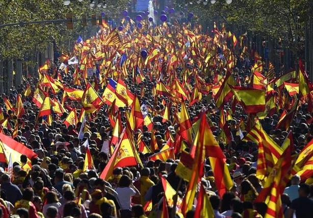 Mii de manifestanți la Barcelona, împotriva declarării independenței Cataloniei