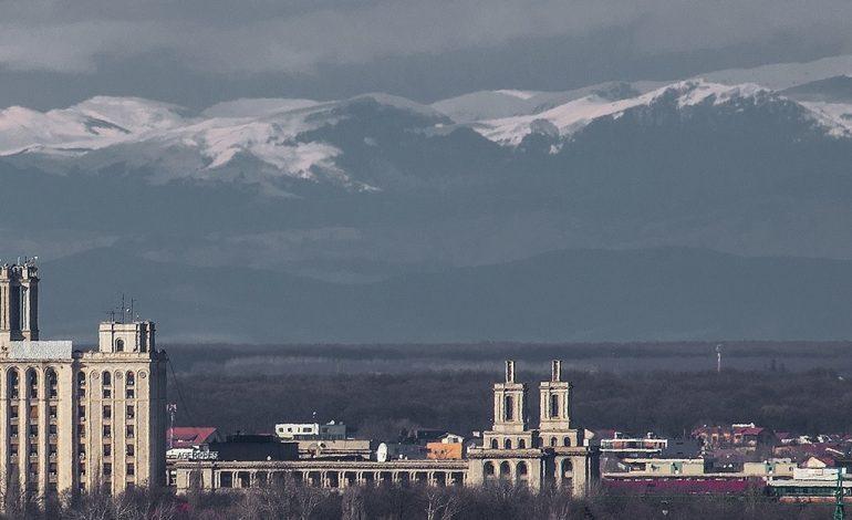 Munții Carpați se văd din București