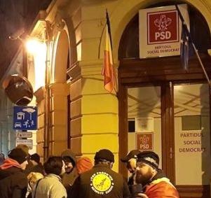 Dragnea și Tudose au evitat protestatarii din fața PSD Sibiu