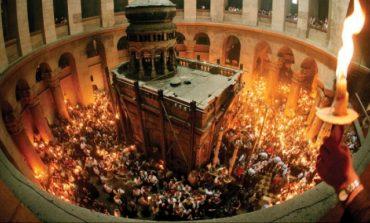 Lumina Sfântă s-a aprins în Biserica Sfântului Mormânt din Ierusalim