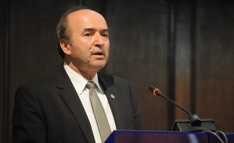 Tudorel Toader: A nu se confunda independenţa procurorilor în instrumentarea cauzelor cu faptul că aceştia îşi desfăşoara activitatea sub autoritatea ministrului Justiţiei