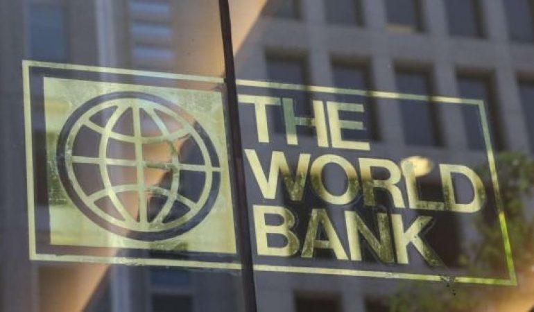 Banca Mondială: Există două Românii – una este integrată în UE, cealaltă este săracă şi izolată. Mai mult de un sfert din populaţie trăieşte cu mai puţin de 5,5 dolari pe zi. Corupţia a rămas o problemă majoră